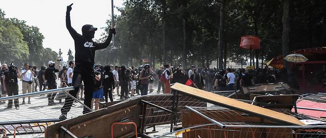 Des manifestant ont brûlé du mobilier urbain pendant la manifestation.
