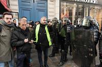 Alexis Corbière à proximité de la gare Saint-Lazare, lors de l'Acte IV des Gilets jaunes, le 8 décembre 2018.