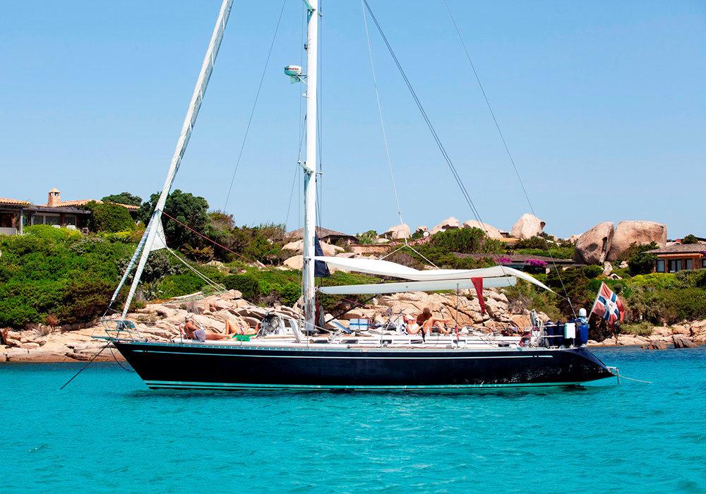 Privilégié. Le voilier, peut-être le meilleur moyen de découvrir lescriques et les plages de  l'île de «Cavaddu» –en langue corse.