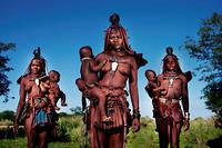 Trois femmes himbas et leurs enfants.
