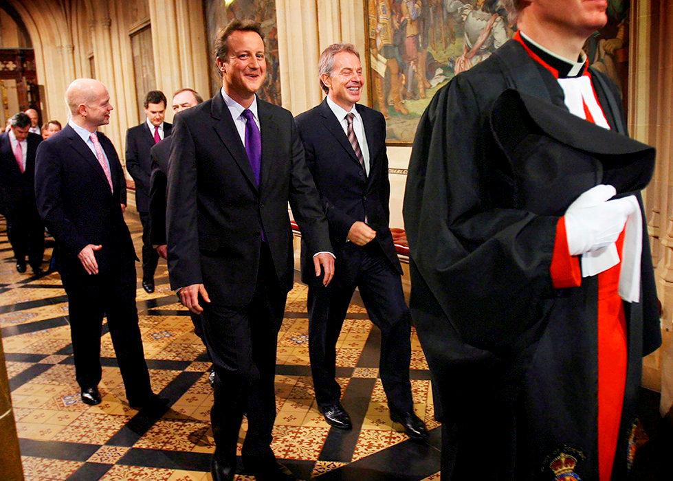 Triangulation. Tony Blair (à dr.) et David Cameron (à g.) le 15novembre 2006à la Chambre des communes. Le premier orienta son parti vers le centre, propulsant le second à la tête de l'opposition.
