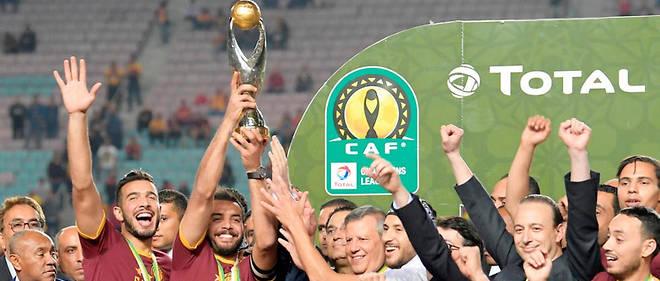 Le capitaine de l'Esperance de Tunis, Moez Ben Cherifia, fête la victoire après le match polémique au stade olympique de Radès.