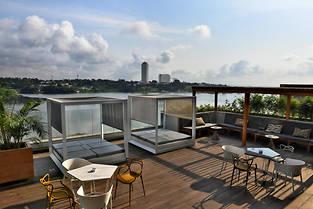 Terrasse de l'hotel Pullman avec vue sur la lagune Ebrie.