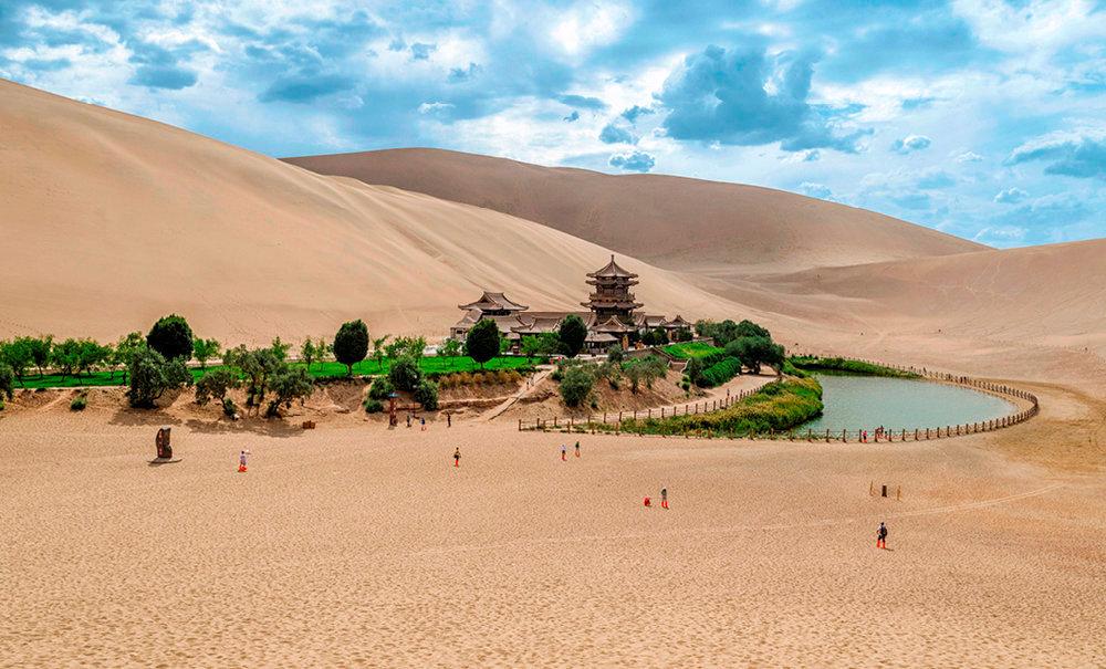 Oasis. Située à l'est du désert de Takla-Makan, Dunhuang, ville de la province du Gansu, fut l'un des principaux carrefours commerciaux des routes de la Soie. Le site est désormais une étape incontournable des circuits de tourisme.