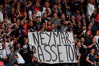 Plusieurs pancartes à charge contre Neymar ont été aperçues dans les tribunes à l'occasion du premier match de la saison, dimanche 11 août.