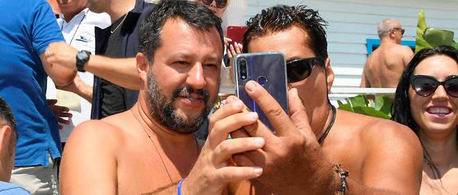 Salvini, surnommé le ministre aux mille selfies, aime à mettre en scène sa proximité avec le peuple italien. Comme naguère Mussolini...