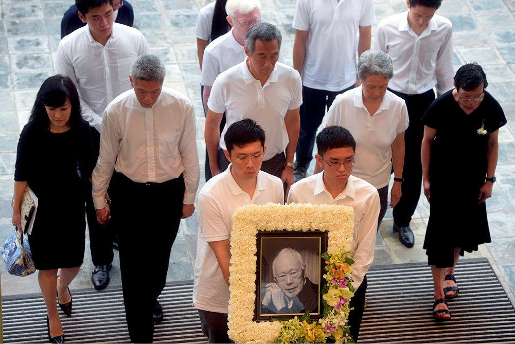 Clan. Lors des funérailles de l'ancien Premier ministre Lee Kuan Yew, le 29mars 2015, à Singapour. Ses enfants, dont Lee Hsien Loong (au centre), l'actuel Premier ministre de la cité-Etat, se montrent unis, bien avant la querelle familiale qui est en train d'écorner l'image de droiture morale associée à l'homme politique et à sa descendance.