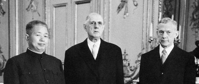 Charles de Gaulle avec l'ambassadeur de Chine. En 1964, il reconnaît la Chine de Mao.