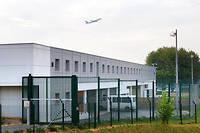 Les trois touristes ont été placées dans la zone d'attente pour personne en instance (ZAPI3) de l'aéroport de Roissy-Charles-de-Gaulle, avant d'être envoyées à Rouen et d'être présentées au tribunal.