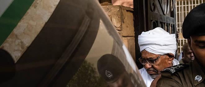 Le président déchu du Soudan fait l'objet d'un procès pour corruption un jour après que le conseil militaire de la transition et les groupes d'opposition ont signé un accord de partage du pouvoir.