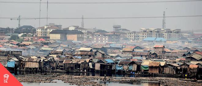 Un bidonville à Lagos, capitale économique du Nigeria. D'après les estimations des auteurs, si les fonds qui ont quitté le continent ces quarante dernières années y avaient été investis, ils auraient aidé à diminuer par deux la pauvreté.