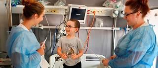 Adam, 4 ans, est atteint d'une leucémie aiguë diagnostiquée en mai 2018. A l'hôpital Robert-Debré, à Paris, l'un des grands centres de la pédiatrie française, son sourire fait des ravages.  ©Elodie Gregoire