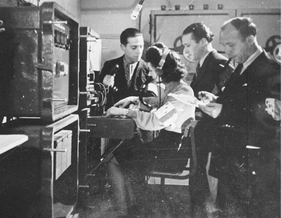 Clandestin. Des membres de l'équipe radio de Rol-Tanguy dans le PC souterrain de Denfert-Rochereau, à Paris, où est installé l'état-major des FFI dès le 20août 1944.