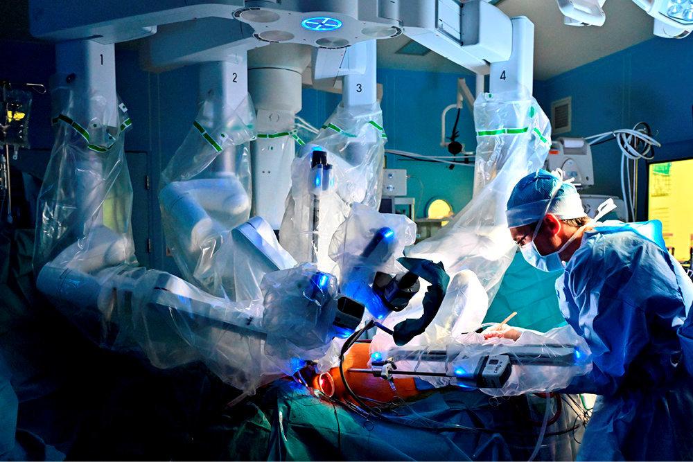 Intervention. En mai, à l'hôpital Henri-Mondor de Créteil, le PrThierry Folliguet et le Dr Eric Bergoend, ici auprès d'une malade, opèrent à l'aide d'un robot chirurgical DaVinci.