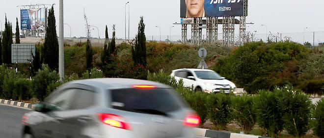 Benny Gantz, leader de l'alliance Bleu-Blanc, s'affiche sur des panneaux géants sur la route de l'aéroport de Larnaca à Chypre, destination prisée des Israéliens en vacances.