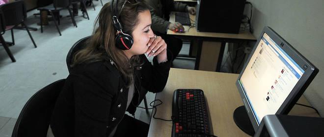 Des étudiants tunisiens consultent Facebook en 2012. Un sondage mené par des chercheurs montrent que les jeunes sont méfiants vis-à-vis de l'usage de leurs données par les géants du Net.