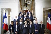Photo de famille du premier gouvernement Philippe: au premier rang, les «poids lourds», Nicolas Hulot, Gérard Collomb, FrançoisBayrou et Jean-Yves Le Drian, seul survivant de la brochette. Même NathalieGoulard (à gauche), qui était ministre des Armées, a dû démissionner.