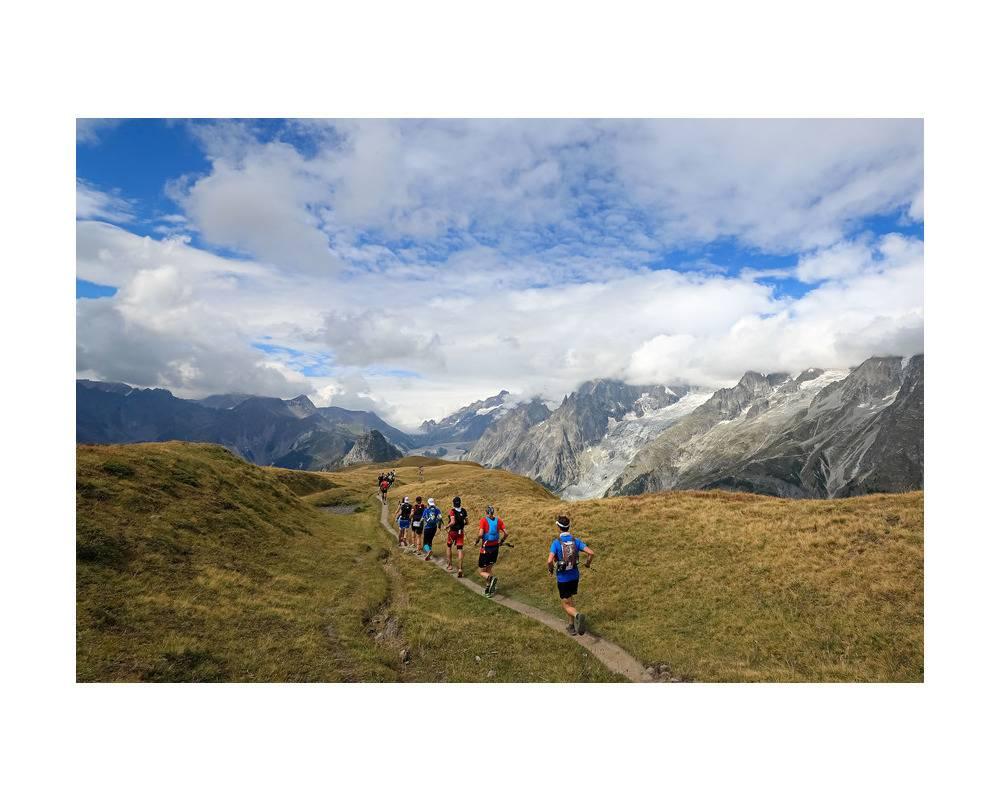 Traileurs  sillonnant le massif du Mont-Blanc. ©  UTMB