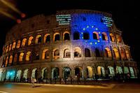 Un drapeau europeen projete sur le Colisee a Rome.