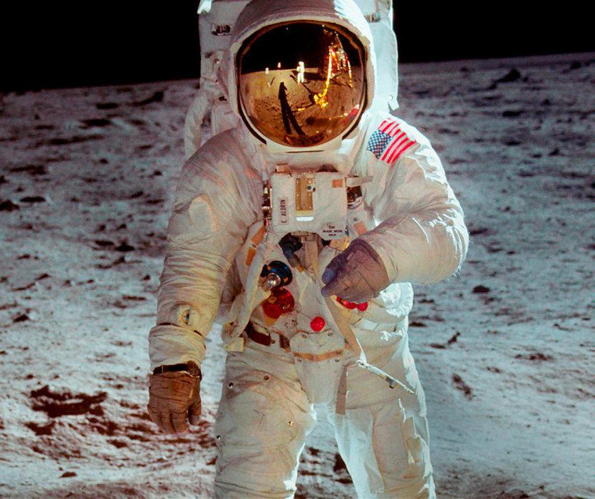 Haute définition. Dans le casque de Buzz Aldrin, le reflet de Neil Armstrong.