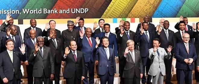 Entourant le Premier ministre japonais Shinzo Abe, les chefs d'État africains, le président de la BAD et le secréatire général des Nations unies.