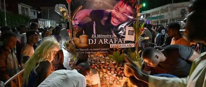 Des fans se recueillent sur le lieu de l'accident de DJ Arafat.