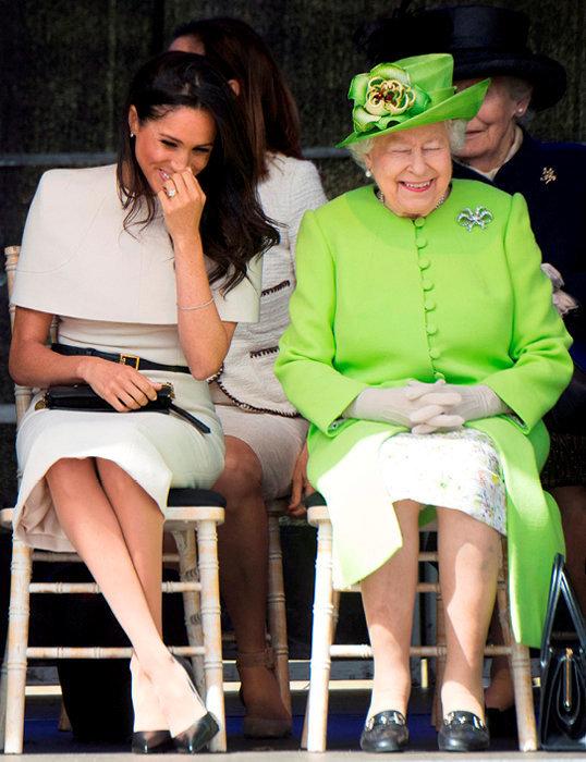 Complicité. Enjuin2018, l'épouse du prince Harry a effectué sonpremier voyage officiel – àRuncorn, dans leCheshire– seule aucôté d'Elisabeth II, dont elle asu s'attirer les faveurs.
