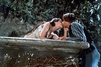 Olivia Hussey (Juliette) et Léonard Whiting (Roméo) s'embrassant lors de la fameuse scène du balcon dans « Romeo et Juliette», de Franco Zeffirelli (1968) l © Paramount