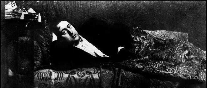 Le poète Guillaume Apollinaire chez lui, en 1909.