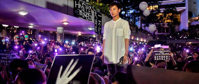 Le 28 août à Hongkong, la chanteuse Denise Ho prend la parole à un rassemblement consacré aux violences sexuelles, notamment commises par la police.