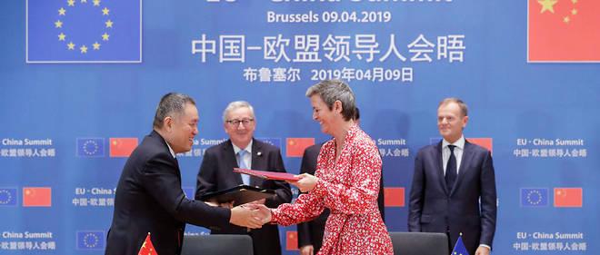 Le ministre chinois de la Régulation des marchés serre la main de la commissaire européenne à la Concurrence Margrethe Vestager, lors d'un sommet franco-chinois le 9 avril 2019 à Bruxelles.