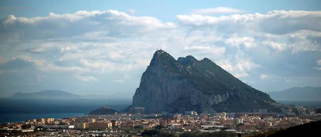 Le rocher de Gibraltar.Demandes de visas pour aller travailler à Gibraltar, fin des allocations chômage pour les travailleurs espagnols qui sont salariés dans une entreprise de la colonie… les répercussions administratives rendent insomniaques de nombreux transfrontaliers.