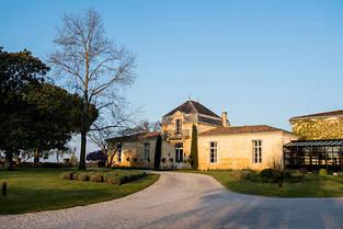 Le château, situé en plein Médoc célèbre son 30 e  anniversaire. L'occasion de revenir sur la famille Cazes, qui, depuis des générations, dynamise le tourisme vinicole en France.