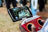 Cette photo prise le 24 juillet 2014 montre une vue aérienne affichée sur un téléphone portable synchronisée avec une caméra drone télécommandée lors d'un Salon international à Kigali.