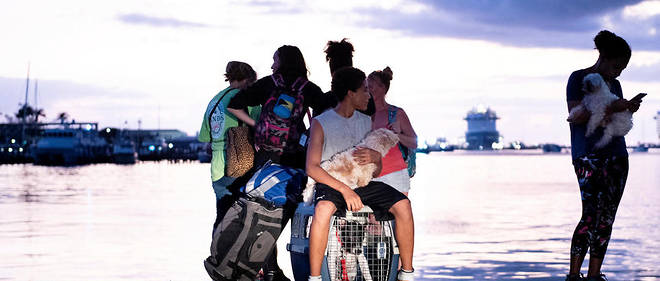 Les habitants des Bahamas touchés par le passage de l'ouragan Dorian ont commencé à être évacués vendredi.