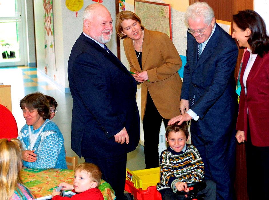 Enfance. Le 5mars 2002, Lionel Jopin, Premier ministre, et Ségolène Royal, ministre déléguée à la Famille, visitent la ludothèque de Luneville avec Michel Dinet, président du conseil général de Meurthe-et-Moselle.