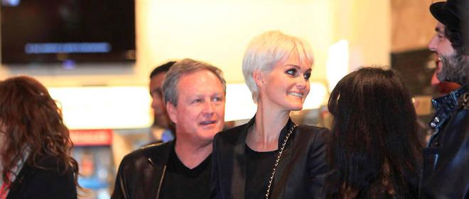 """Laeticia Hallyday et son père André Boudou le 27 mars 2011, au Virgin Megastore des Champs-Élysées, pour la sortie du disque de Johnny """"Jamais seul"""""""