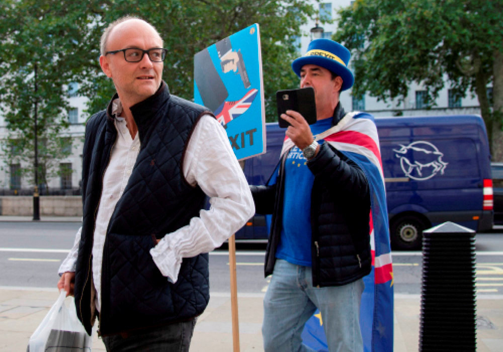 Confrontation. L'activiste Steve Bray, surnomme << Monsieur Stop Brexit >> (a dr.) interpelle Dominic Cummings a son arrivee au Cabinet Office, a Whitehall, a Londres, le 20 aout.