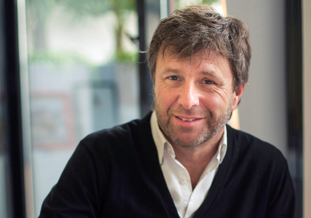 Richard Caillat est le producteur de « N'écoutez pas, Mesdames ! » et le propriétaire du Théâtre de la Michodière.