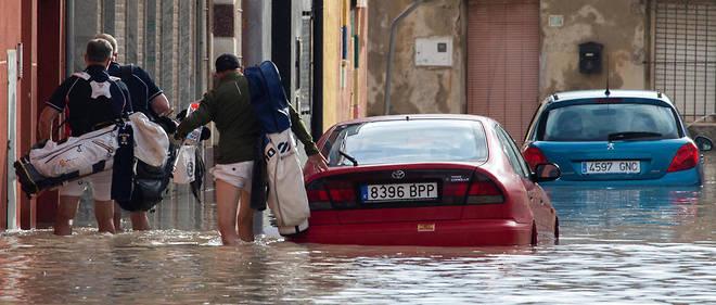 Au moins 74 routes ont été fermées du fait des inondations, a également fait savoir le ministre de l'Intérieur, Fernando Grande-Marlaska, évoquant devant la presse « une situation dramatique ».