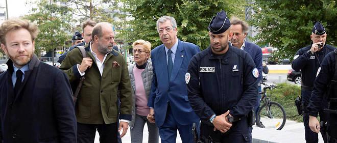 Au lendemain de sa condamnation à quatre ans de prison, Patrick Balkany a reçu le soutien de certains habitants de Levallois-Perret, réunis devant la mairie.