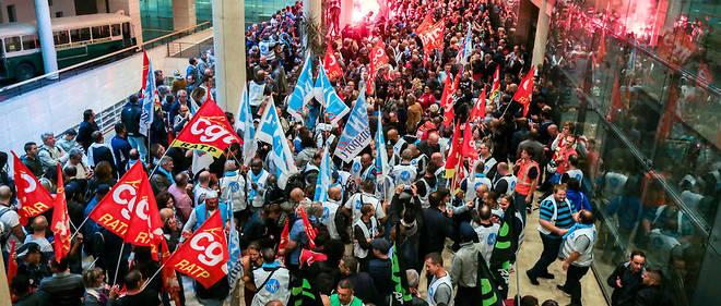 Les agents de la RATP se battent pour conserver un régime spécial de retraite extrêmement déficitaire. Ils étaient au siège du groupe vendredi 13 septembre pour manifester.