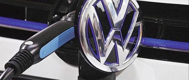 Le logo VW bascule pour découvrir une prise de recharge électrique, tout un symbole.