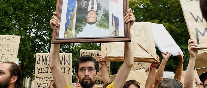 À Bayonne, à l'occasion du G7, une manifestation fustigeant l'inaction du chef de l'État face à l'urgence climatique.