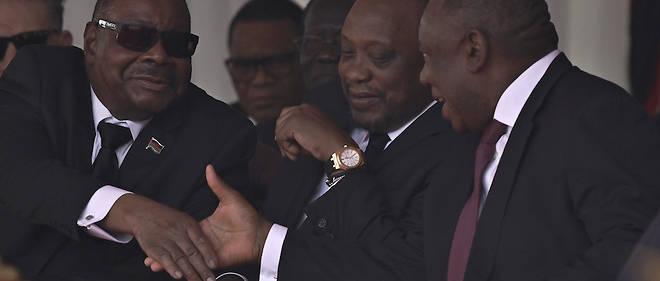 Samedi, Cyril Ramaphosa (à droite de l'image) a été hué au Zimbabwe lors des obsèques de l'ancien président Robert Mugabe et a présenté ses excuses aux Zimbabwéens après les émeutes qui ont visé les étrangers.