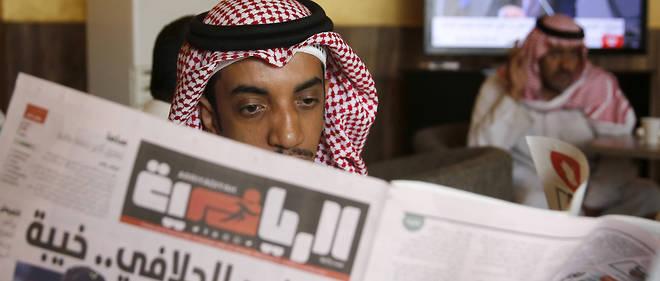 Un homme lit un journal dans un café de Jeddah, en Arabie saoudite, le 17 septembre 2019 (photo d'illustration).