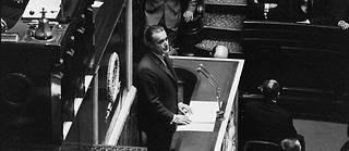 Jacques Chaban-Delmas énonce, le 16 septembre 1969 à la tribune de l'Assemblée nationale à Paris, son plan d'action destiné à faire progresser la lourde machine de la France.