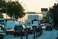 Embouteillages aux entrées de Paris. La taxe carbone, appliquée avec succès dans des pays comme la Suède, vise à modifier les comportements des automobilistes en renchérissant les prix à la pompe.