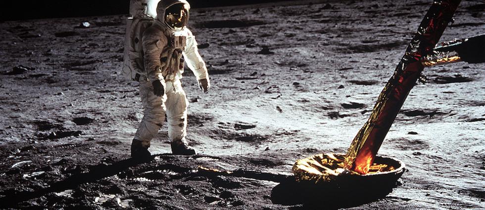<p>C'est la montre Omega portée par Neil Armstrong qui indiqua l'heure de l'exploit historique: 21 h 56 min et 20 s (heure américaine), 3 h 56 (heure française).</p> <p></p>