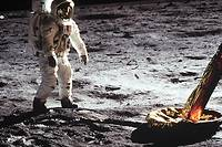 C'est la montre Omega portée par Neil Armstrong qui indiqua l'heure de l'exploit historique: 21 h 56 min et 20 s (heure américaine), 3 h 56 (heure française).